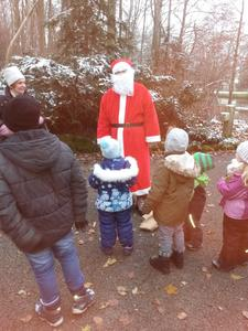 Das absolute Highlight: Die Kinder treffen den Nikolaus